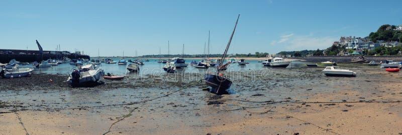 Niedrigwasser durch Gorey-Hafen lizenzfreie stockfotografie