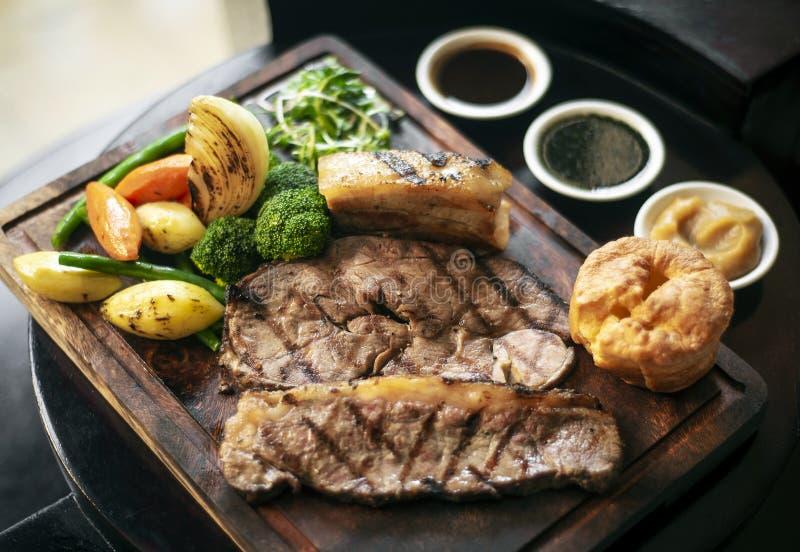 Niedziela pieczonej wołowiny tradycyjny brytyjski posiłek ustawiający na stole fotografia royalty free