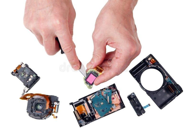 Niefachowiec naprawa fotografii kamera z kuchennym nożem i obraz stock