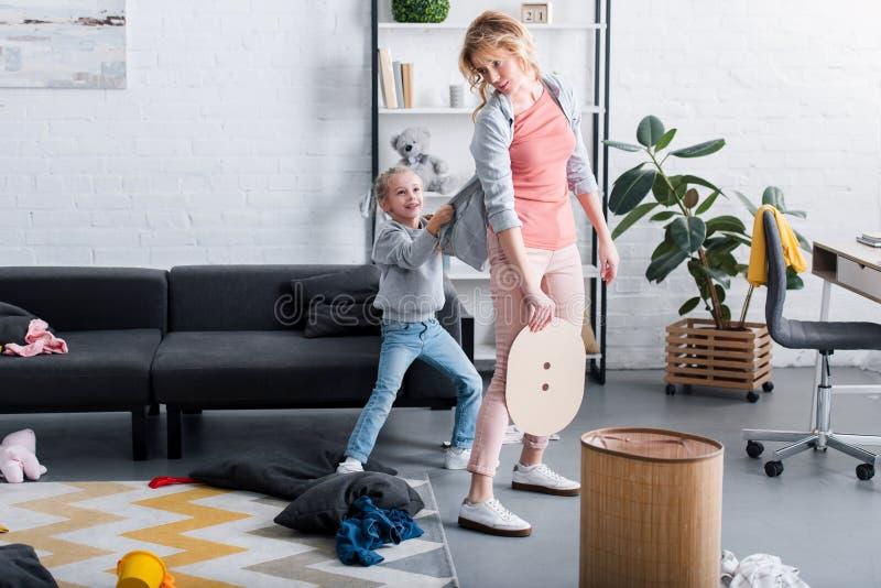 niegrzeczny córki mienia kardigan zmęczony macierzysty czyścić ilustracji