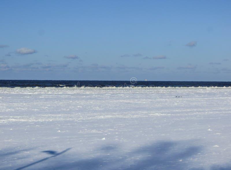 Niekończący się rozległość na śnieżystej plaży w Jurmala, na brzeg zatoka Ryski, w zimie 2018 Latvia obraz stock