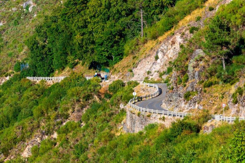 Nieko?cz?cy si? wiejska curvy droga przez wzg?rzy w parku narodowym w Portugalia obrazy royalty free