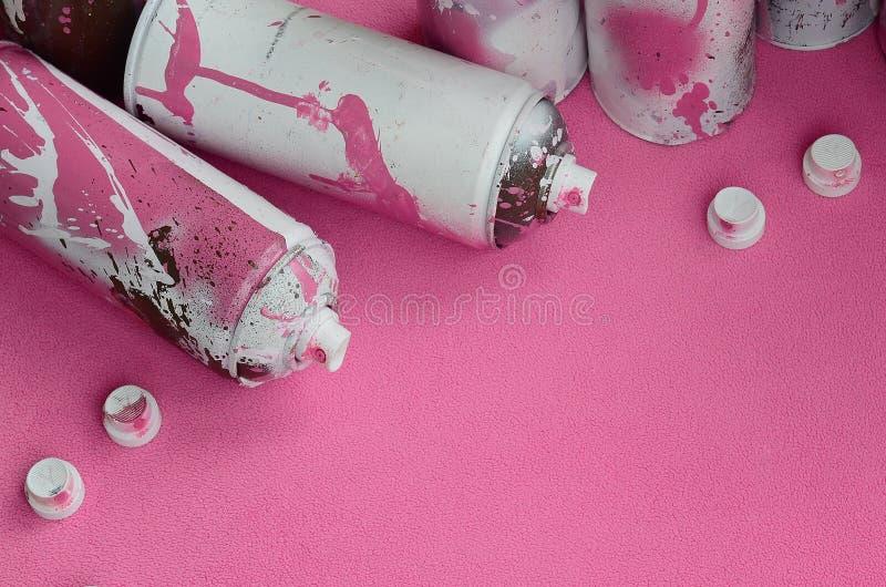Niektóre aerosolowej kiści nozzles z farba kapinosów kłamstwami na koc światło i - różowa runo tkanina klasa obraz stock