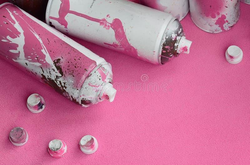 Niektóre aerosolowej kiści nozzles z farba kapinosów kłamstwami na koc światło i - różowa runo tkanina klasa zdjęcie stock