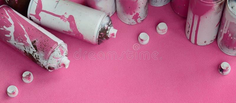 Niektóre aerosolowej kiści nozzles z farba kapinosów kłamstwami na koc światło i - różowa runo tkanina klasa zdjęcie royalty free