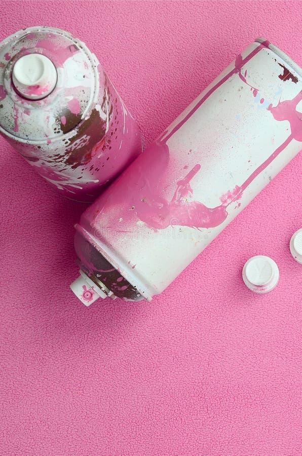 Niektóre aerosolowej kiści nozzles z farba kapinosów kłamstwami na koc światło i - różowa runo tkanina klasa obrazy royalty free