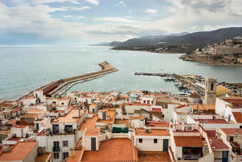 Niektóre białe domy na wybrzeżu w Peniscola Hiszpania obraz royalty free