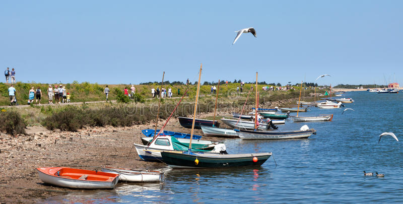 Niektóre jaskrawy coloured łodzie przy studniami fotografia royalty free