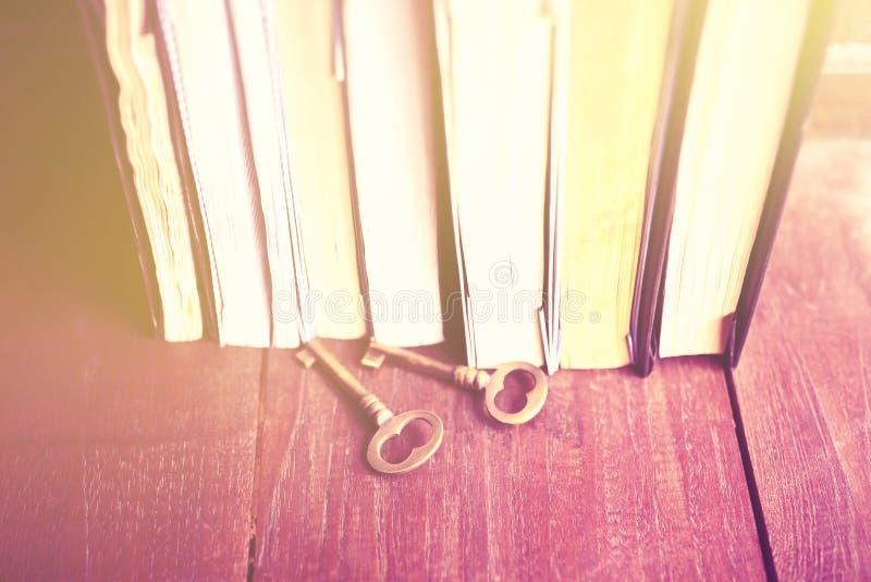 Niektóre książki z starego stylu kluczami na drewnianym stole obrazy royalty free