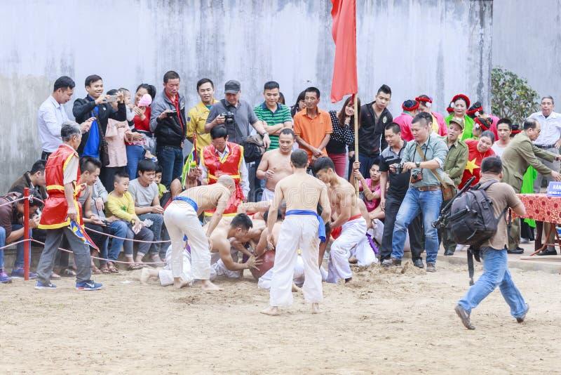Niektóre młodzi człowiecy bawić się z drewnianą piłką w festiwalu księżycowym nowym roku przy Hanoi, Wietnam na Styczniu 27, 2016 fotografia royalty free