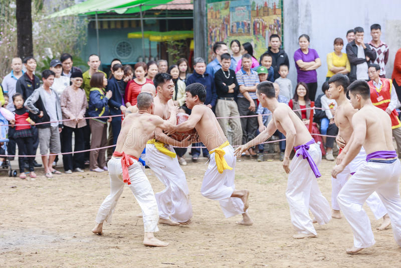 Niektóre młodzi człowiecy bawić się z drewnianą piłką w festiwalu księżycowym nowym roku przy Hanoi, Wietnam na Styczniu 27, 2016 obraz stock