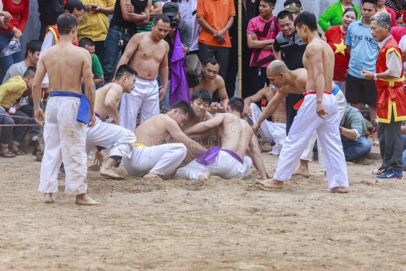 Niektóre młodzi człowiecy bawić się z drewnianą piłką w festiwalu księżycowym nowym roku przy Hanoi, Wietnam na Styczniu 27, 2016 zdjęcia royalty free