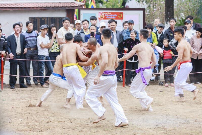 Niektóre młodzi człowiecy bawić się z drewnianą piłką w festiwalu księżycowym nowym roku przy Hanoi, Wietnam na Styczniu 27, 2016 obrazy royalty free