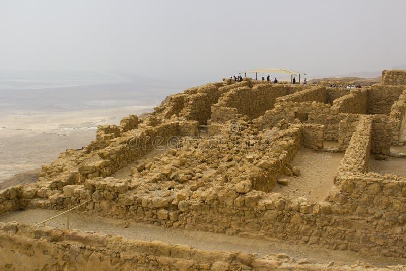 Niektóre rekonstruować ruiny antyczny Żydowski clifftop forteca Masada w Południowym Izrael Everything pod ocenionym obrazy stock
