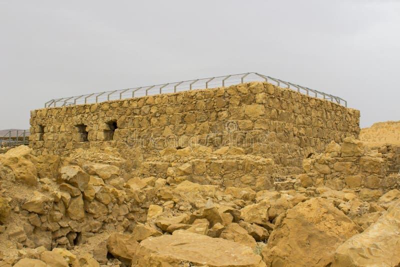 Niektóre rekonstruować ruiny antyczny Żydowski clifftop forteca Masada w Południowym Izrael Everything pod ocenionym fotografia royalty free