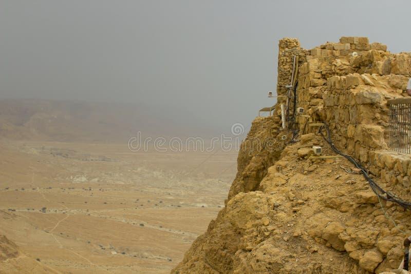 Niektóre rekonstruować ruiny antyczny Żydowski clifftop forteca Masada w Południowym Izrael Everything pod ocenionym obraz stock