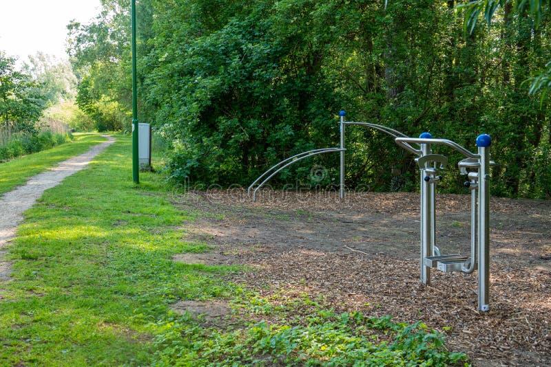 Niektóre sportów wyposażenie dla plenerowych udostępnień jest dostępny w parku i zaprasza ciebie robić plenerowym sportom fotografia stock
