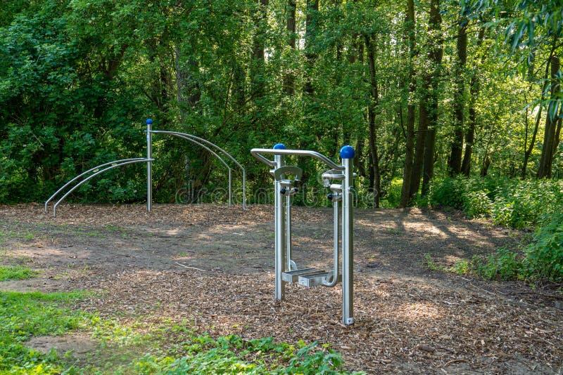 Niektóre sportów wyposażenie dla plenerowych udostępnień jest dostępny w parku i zaprasza ciebie robić plenerowym sportom zdjęcia stock