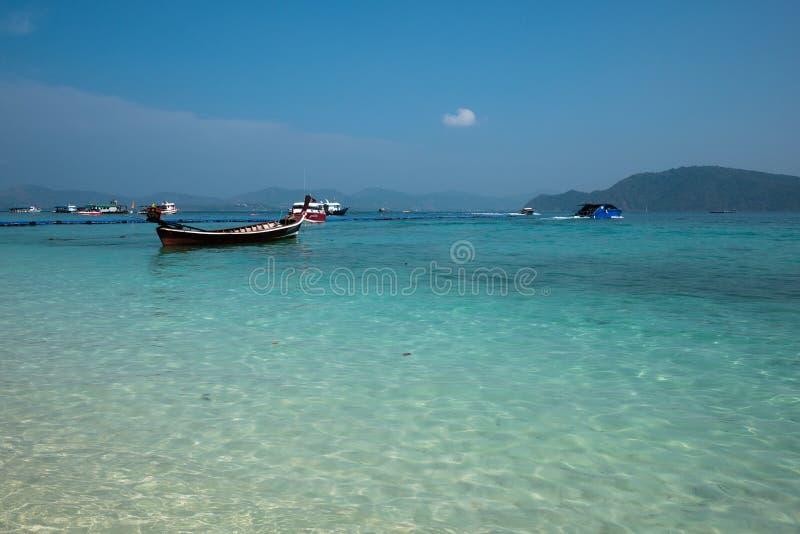 Niektóre turysta prędkości łodzie i lokalne łodzie na morzu fotografia royalty free