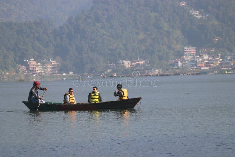 Niektórzy cudzoziemcy pływają w Fewa jezioro Nepal pokhara mniejsza łódź obrazy royalty free