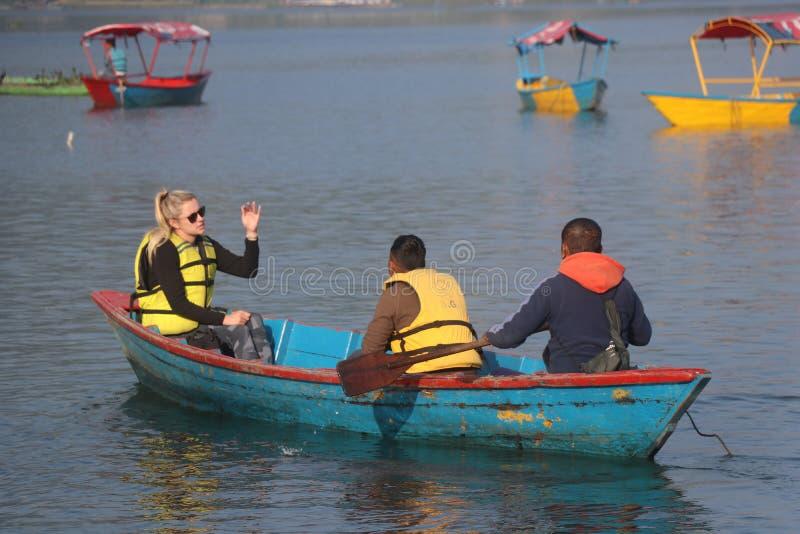 Niektórzy cudzoziemcy pływający w Fewa jezioro Nepal pokhara obraz royalty free