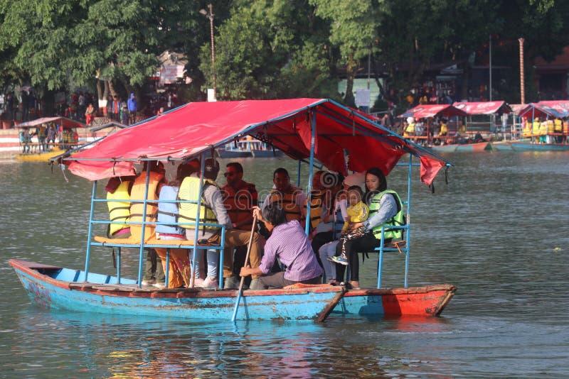 Niektórzy cudzoziemcy pływający w Fewa jezioro Nepal pokhara większa łódź zdjęcie royalty free