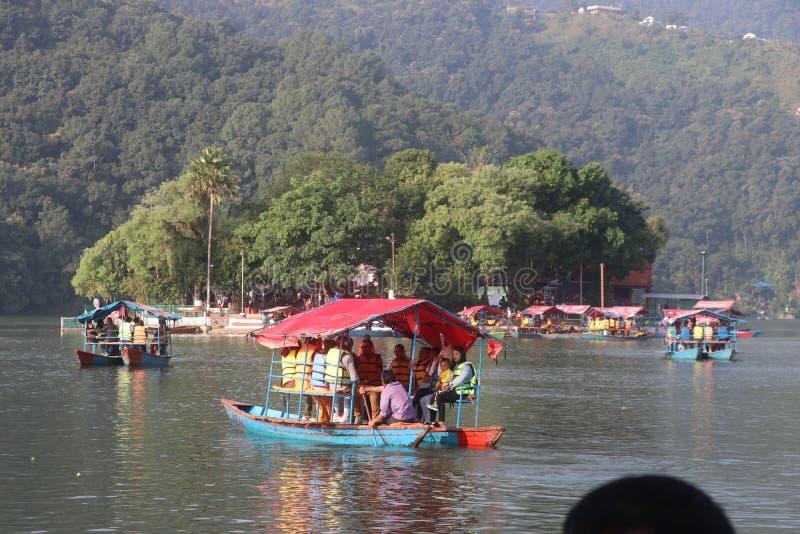 Niektórzy cudzoziemcy pływający w Fewa jezioro Nepal pokhara większa łódź obraz royalty free
