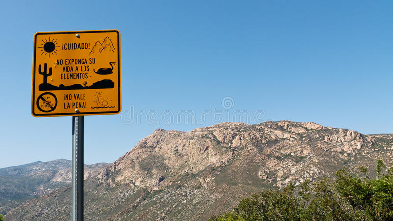 nielegalni emigranci podpisują ostrzeżenie zdjęcie stock