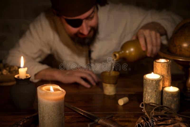 Nielegalnie kopiować obsiadanie na stole i nalewa out rum, pojęcie themeparty a zdjęcie stock