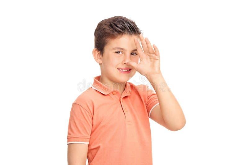 Niemądra chłopiec robi dziecięcemu ręka gestowi zdjęcie royalty free
