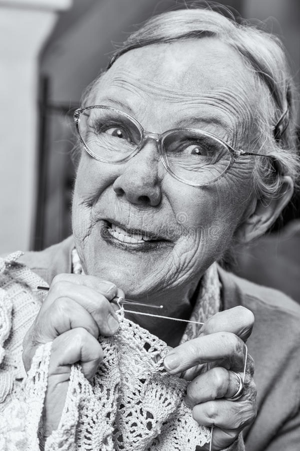 Niemądra Stara dama z Szydełkowym fotografia royalty free