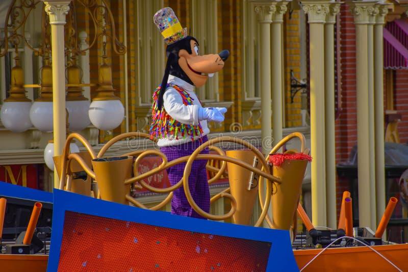 Niemądry w Mickey i Minnie niespodzianki świętowania paradzie przy Walt Disney World 1 obraz royalty free