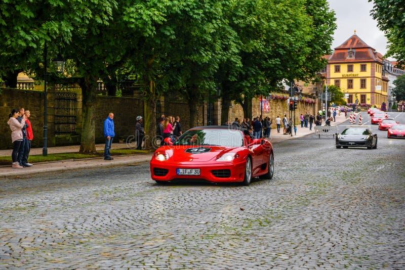 NIEMCY FULDA, JUL, - 2019: czerwony FERRARI 360 cabrio typ F131 jest two-seater, silnik, tylni koła przejażdżki sportów samochód  obraz royalty free