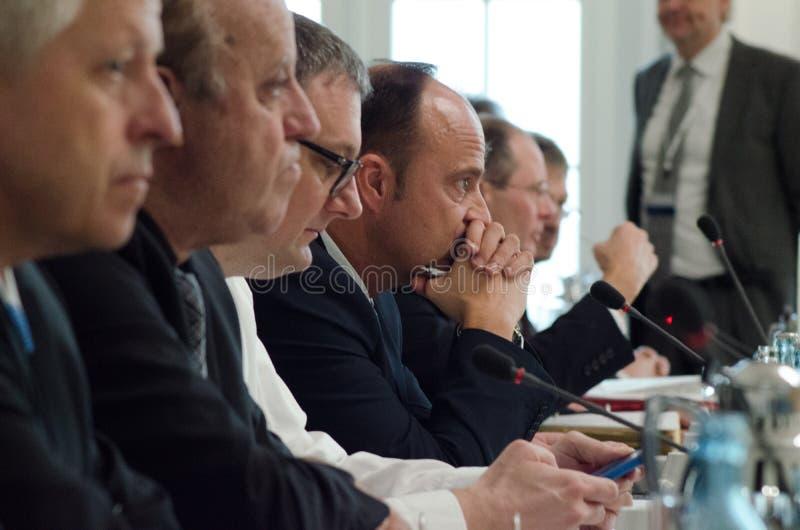 NIEMCY, LEIPZIG - DEZEMBER 07, 2017: Minister Spraw Wewnętrznych i Administracji państwa federalne otwierają konferencję minister fotografia royalty free