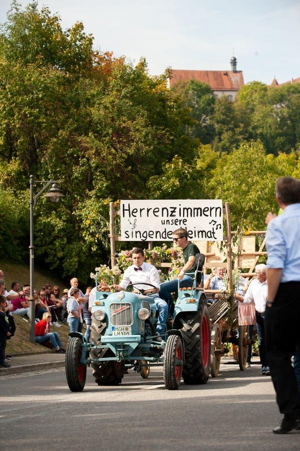 Niemcy, Niederstetten, Baden Wurttemberg wrzesień 2019 r. Tradycyjny jesienny fest zbiorów dekorowany ciągnik starszego zegara obraz stock