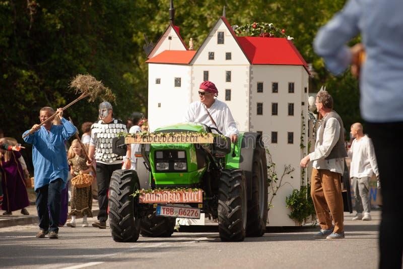 Niemcy, Niederstetten, Baden Wurttemberg wrzesień 2019 r. Tradycyjny jesienny fest zbiorów dekorowany ciągnik z zamkiem zdjęcia royalty free