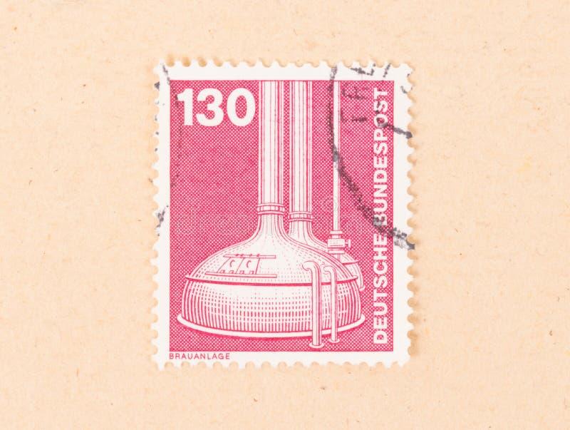NIEMCY - OKOŁO 1980: Znaczek drukujący w Niemcy pokazuje breweing proces około 1980, zdjęcia stock