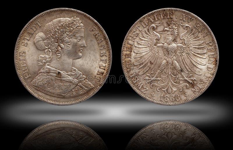 Niemcy srebnej monety 2 niemiecki dwa dwoisty talarowy Frankfurt talar wybijał monety 1866 odizolowywającego na cienia tle obraz stock
