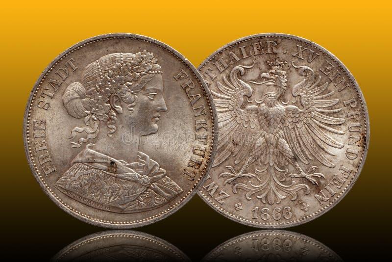 Niemcy srebnej monety 2 niemiecki dwa dwoisty talarowy Frankfurt talar wybijał monety 1866 odizolowywającego na gradientowym tle obraz royalty free