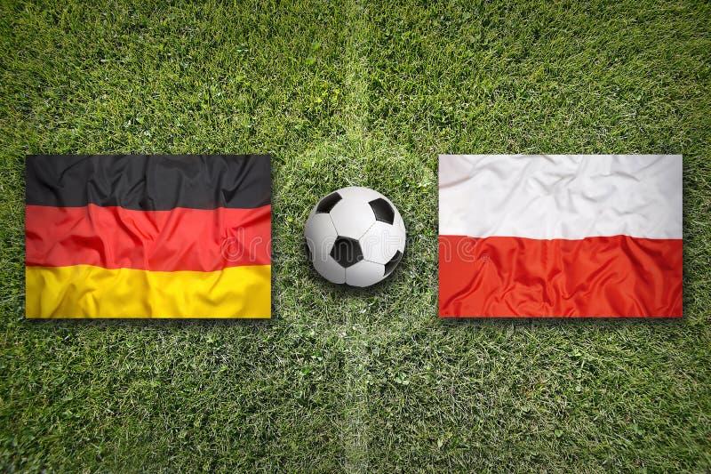 Niemcy vs Polska flaga na boisko do piłki nożnej fotografia royalty free
