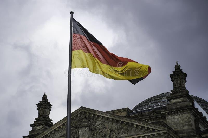 Niemiec flaga lata nad Reichstag budynek w Berlin obrazy royalty free