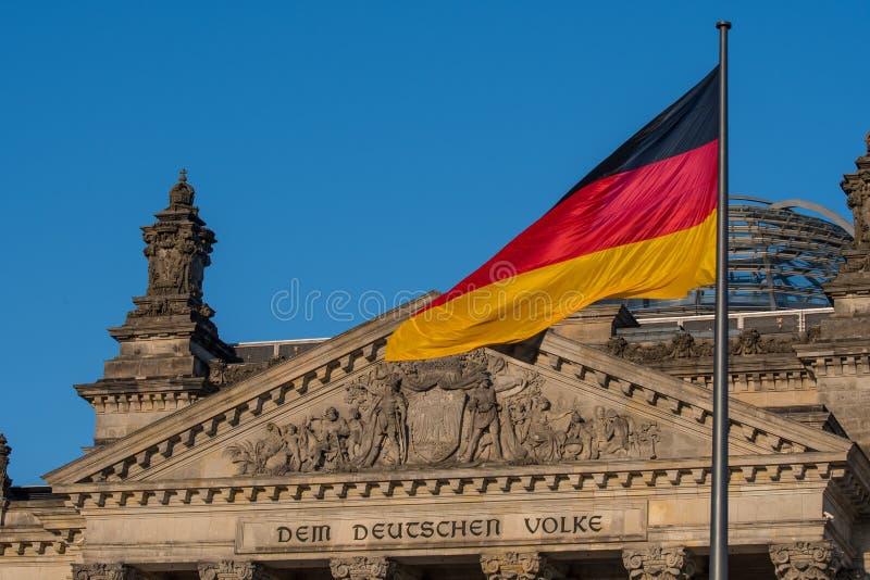 Niemiec flaga przy parlamentem zdjęcia royalty free