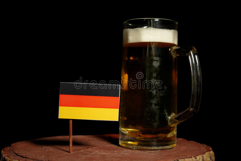 Niemiec flaga z piwnym kubkiem na czerni obraz royalty free