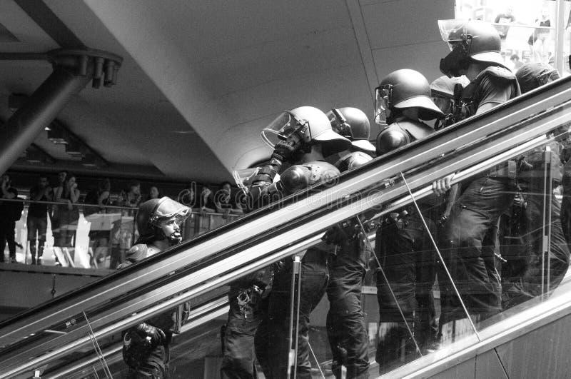 Niemiec milicyjne jednostki specjalne w a stali bezczynnie na eskalatorze w czarny i biały obraz stock
