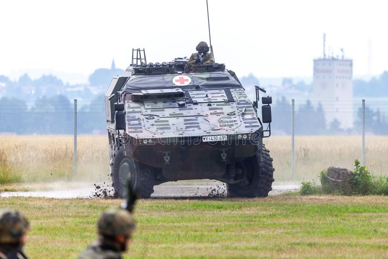 Niemiec opancerzający medyczny przewoźnika bokser od Bundeswehr, jedzie na drodze obraz stock
