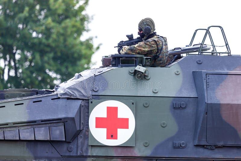 Niemiec opancerzający medyczny przewoźnika bokser od Bundeswehr, jedzie na drodze fotografia royalty free