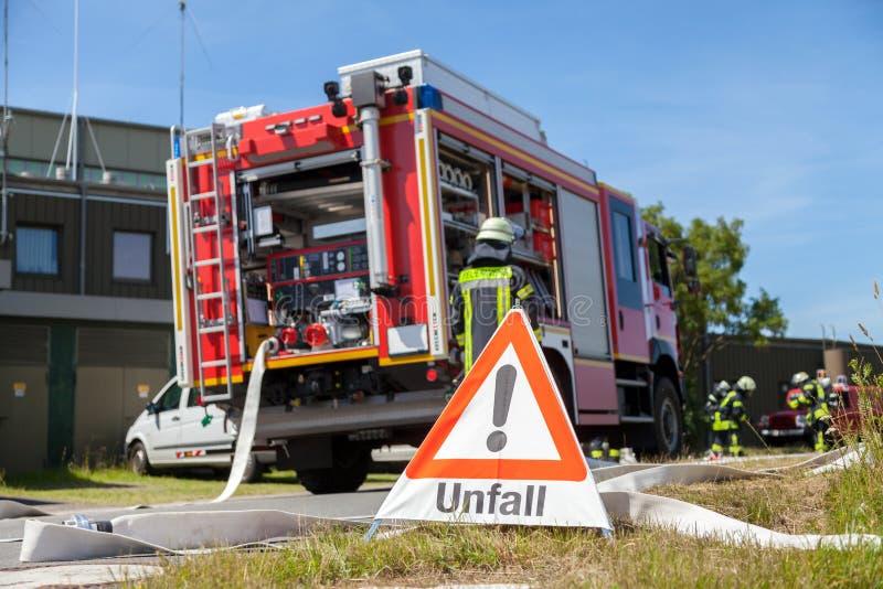 Niemiec Unfall wypadku znak blisko samochodu strażackiego zdjęcia stock