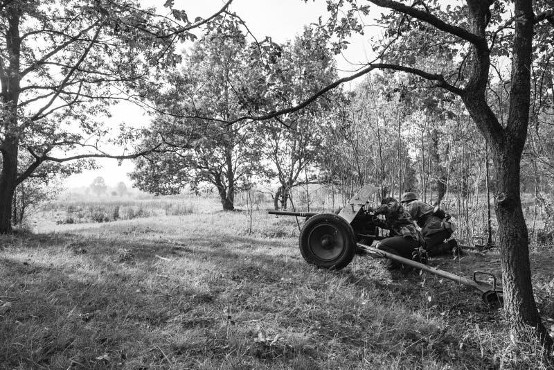 Niemiec Wehrmacht piechoty żołnierz W druga wojna światowa Chującym obsiadaniu zdjęcia royalty free