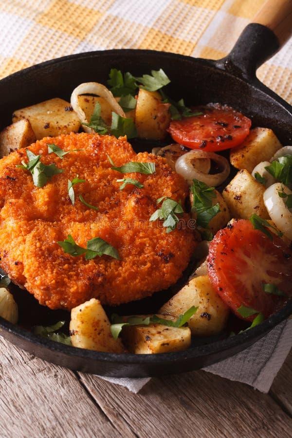Niemiec Weiner schnitzel z smażącymi warzywami w niecki zbliżeniu obraz royalty free