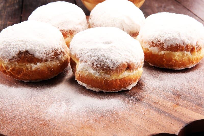 Niemieccy donuts z dżemu i lodowacenia cukierem Karnawału sproszkowanego cukieru nastroszeni donuts zdjęcia stock